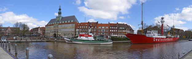 Autovermietung Emden - Rathaus und Hafen von Emden